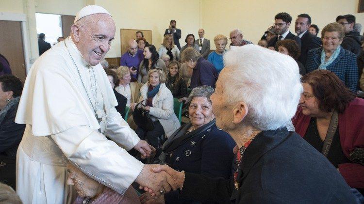 Papež ke dni prarodičů: Střežte kořeny, předávej víru mladým a pečujte o nejmenší